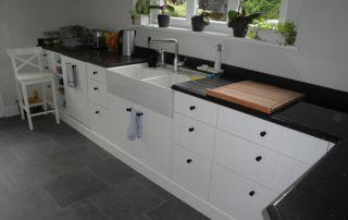 plan de travail en bois avec crédence marbre noir