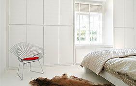 placard blanc intégré dans le mur chambre à coucher