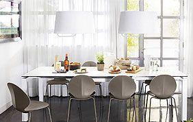 Table blanche et chaises modernes grises