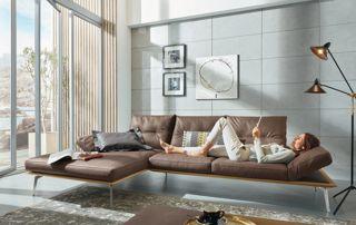 femme étendue dans canapé cuir en angle