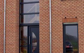 porte extérieure et fenêtre en alu bleu foncé