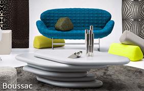 salon avec table design et fauteuil bleu