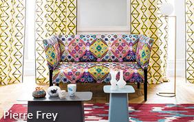 salon avec canapé en tissu et tenture Pierre Frey