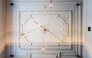 beau plafond avec moulures