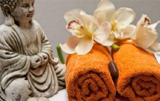 ambiance bien-être durant les soins corps : serviette, fleurs, etc.