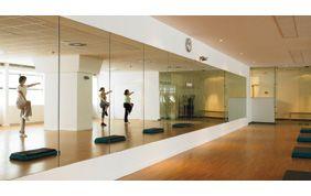cours de yoga devant un miroir