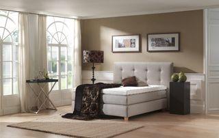 Boxspring blanc avec matelas haut de gamme dans une chambre à coucher
