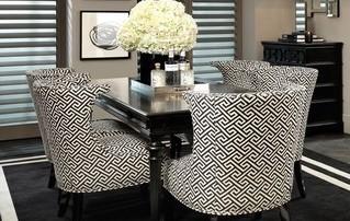 fauteuils rembourrés autour d'une table de salon