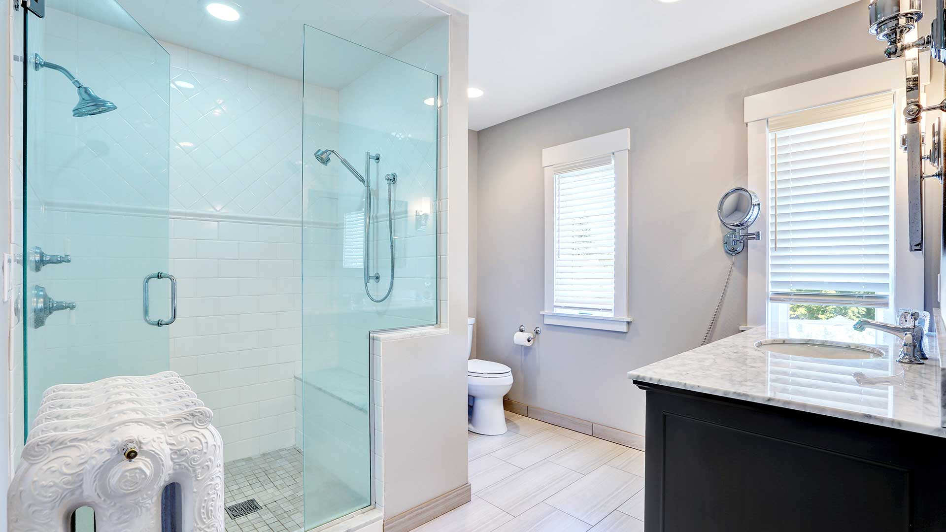 Salle de bain moderne et douche en verre