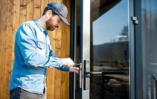 serrurier réparant porte-fenêtre