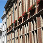 Façade d'immeuble en briques rouge