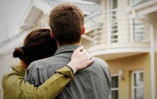couple regardant une maison à vendre
