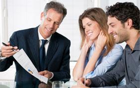 Courtier qui souscrit une assurance à des clients