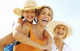 famille trois générations : petite fille, mère, grand-mère