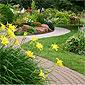 jardin avec allée et fleurs