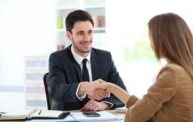 Avocat serrant les mains d'une cliente