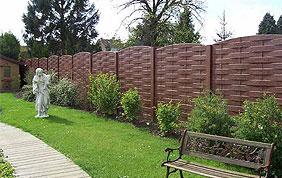 Palissade, pelouse, haie d'arbre, petite allée en bois, banc de jardin