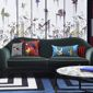 Salon canapé coussins papier peint fleurs