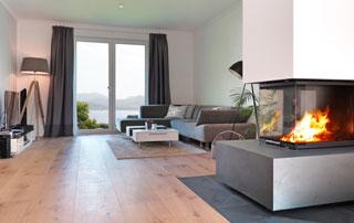 Salon avec un revêtement de sol en parquet
