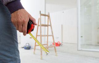Entrepreneur en rénovation qui planifie ses travaux