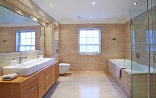 Salle de bain design en bois avec deux vasques et grande baignoire