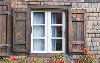 Volets battants pleins en bois maison en pierre