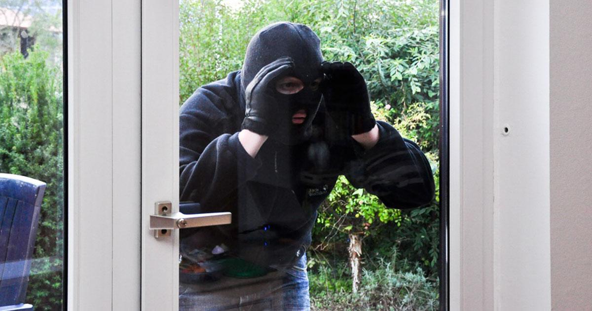 Cambrioleur qui tente d'entrer par la fenêtre