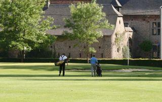 Terrain de golf avec bâtiment en pierre