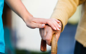 aide médicale et personne âgée