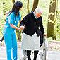 personnel soignant aidant une personne âgée