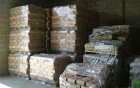 piles de briques dans entrepôt