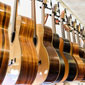 guitares suspendues en exposition