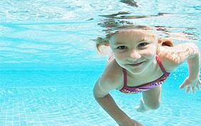 Petite fille qui nage