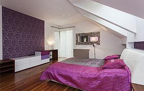 chambre avec papier peint à motifs