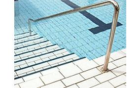piscine sportive escalier et main courante