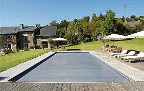 piscine extérieure en bois avec couverture