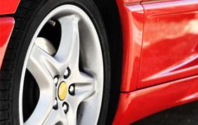 pneu et jante voiture de sport