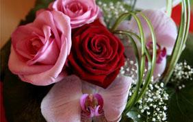 montage floral funéraire rose et rouge