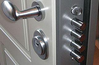 Porte avec serrures multipoints