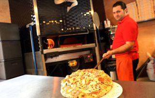pizzaiolo devant son four
