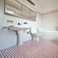 Salle de bain carrelage sol rouge et blanc