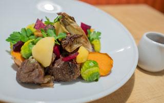 assiettes de boeuf et légumes de saison