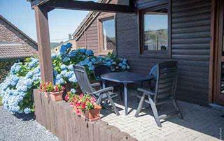 terrasse aménagée et fleurie