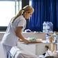 infirmière apportant un repas
