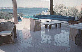 Terrasse de dalles blanches avec tables et chaises