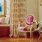 chaise et rideau à motifs