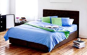 chambre minimaliste lit foncé