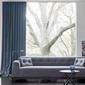 canapé avec long rideau derrière