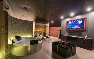 espace privatif avec sauna, jacuzzi et télévision