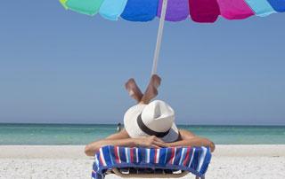 femme se prélassant sur la plage